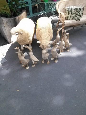 とある雑貨屋の前にあった羊と鴨のオブジェ